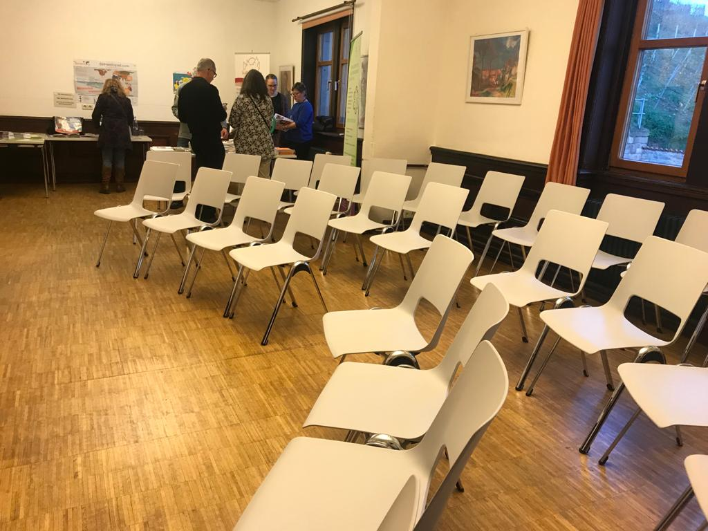 Plenum mit weißen Stühlen