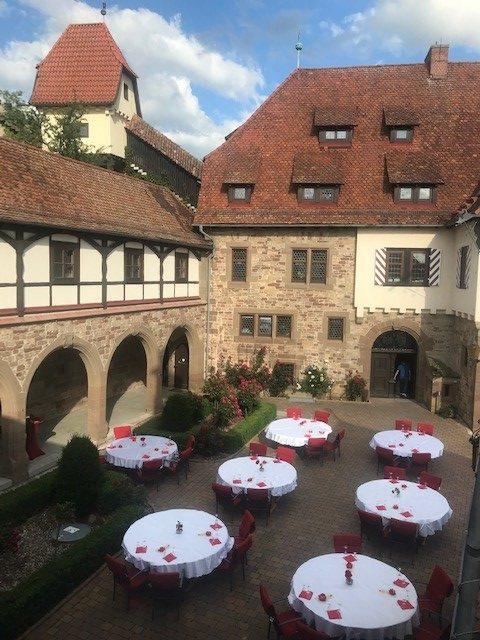 gedeckte Tische im Schlosshof