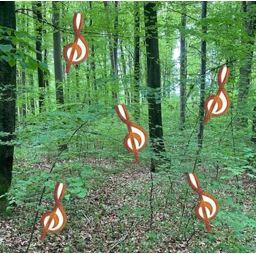 Wald mit Noten in den Bäumen